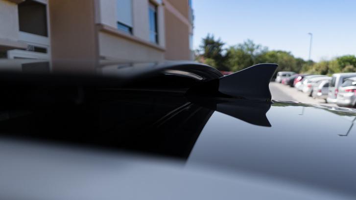 A napfénytető ügyesen nem tarolja le a cápauszony-antennát