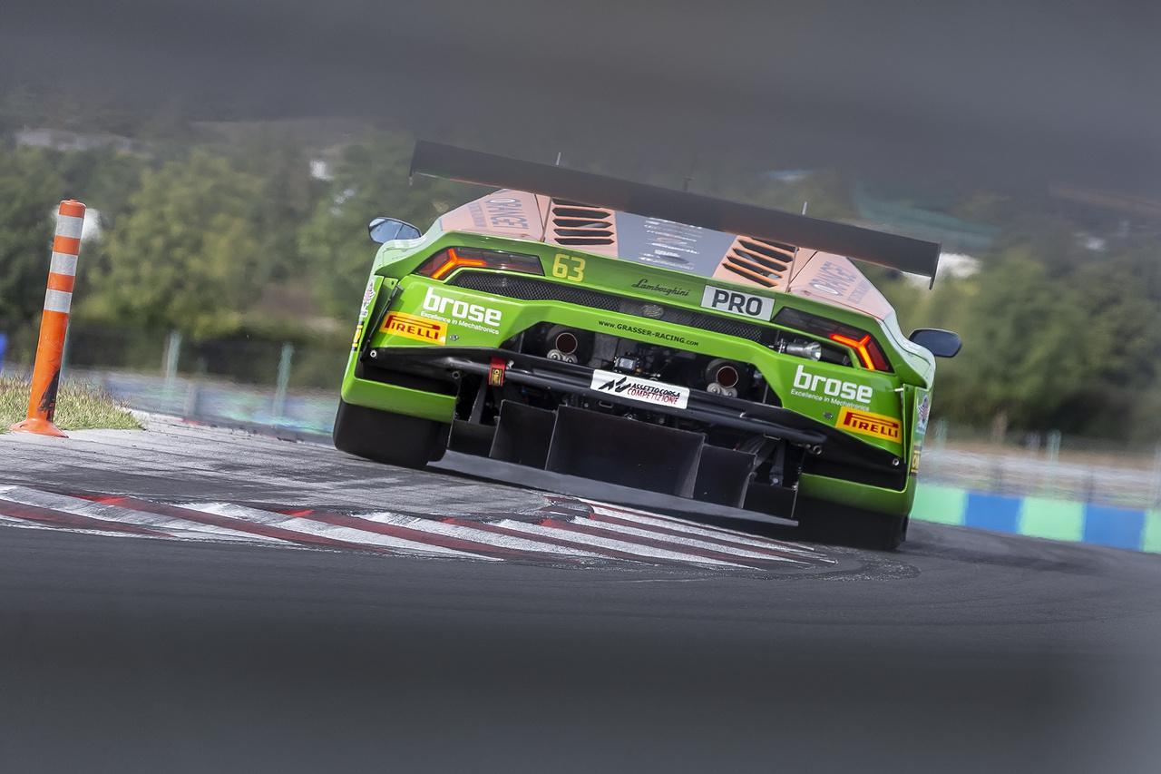 Ahogy azt a különböző Endurance szakágakban megszoktuk, itt is Pro, Pro Am, Silver és Am kategóriákban indulnak a versenyzők, itt éppen egy Pro Lamborghini Huracánt láthatunk a Mansell kanyarban