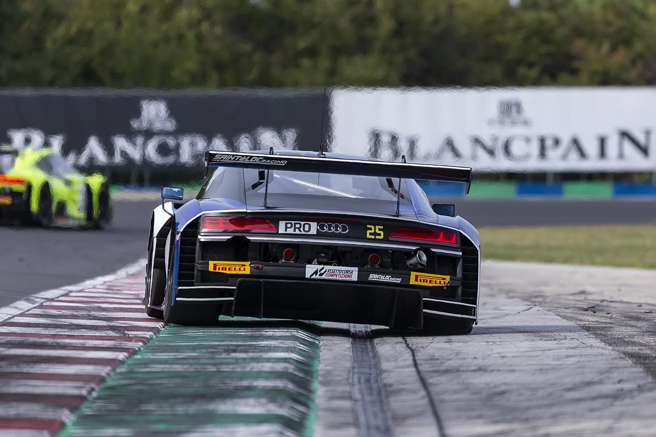A fő program természetesen a GT3-as autók csatája, itt éppen a Sainteloc Racing egyik Audi R8 LMS GT3-asa rombol a Mansell kanyarból kifelé vezető íven. Az Audik alkotják a mezőny derékhadát, így akinek erre a típusra porcosodik, az rögtön 12 darabot is láthat versenyezni a Hungaroringen