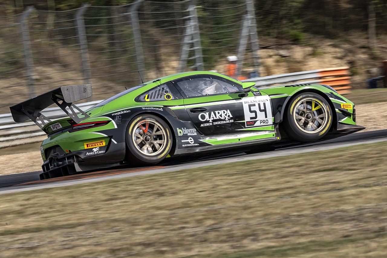 Igazi kuriózum a mezőny egyetlen Porsche legendás GT3-asa a Pro kategóriában, ráadásul éppen kétkeréken a sikán kerékvetőin