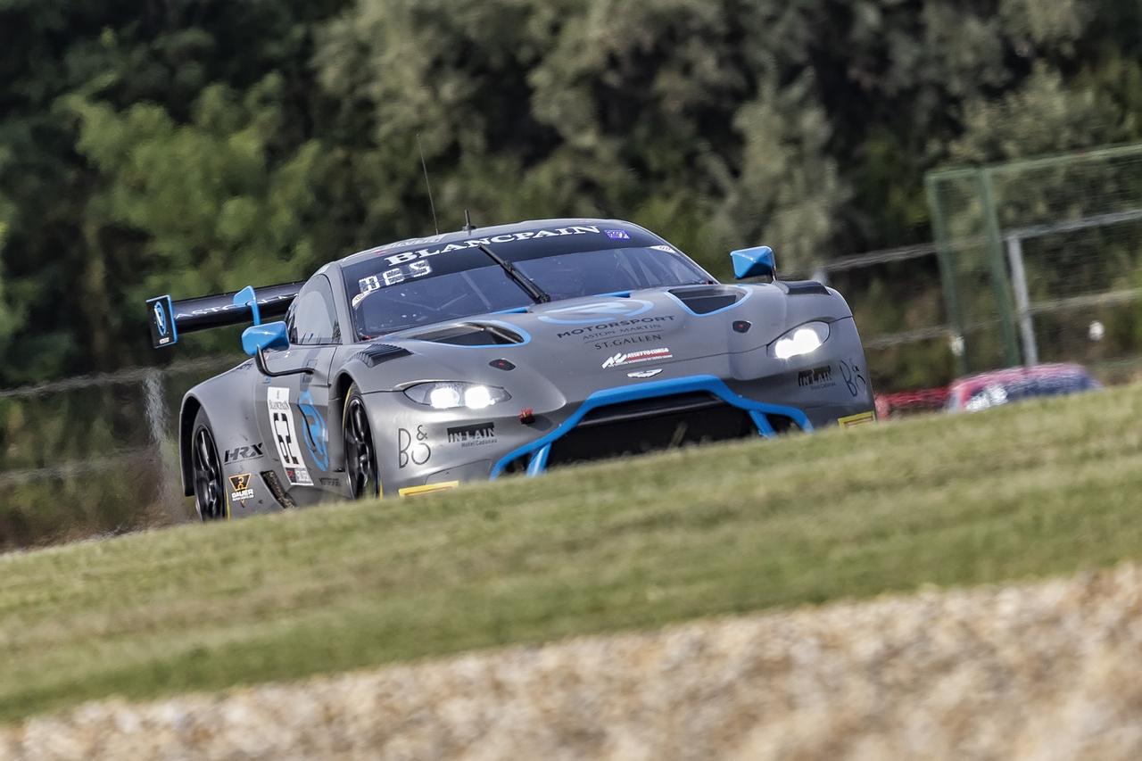 Kár volt elrontani az egyébként gyönyörű Aston Martin Vantage AMR GT3 dizájnját ezzel a halálosan unalmas szürke fóliával – persze ez a versenyképességet semmiben nem befolyásolja