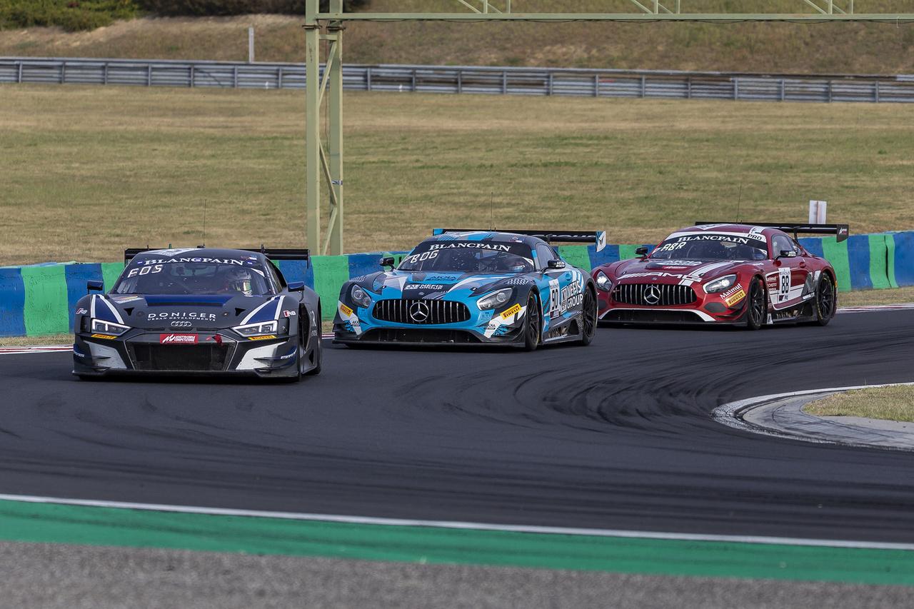 Német belvita. Az Audit üldöző szépségdíjas Mercedes AMG GT3-asok érkezését az ember néhány kör után hallás alapján is meg tudja állapítani, annyira eltér az ő V8-asuk mélyen hörgő, agresszív hangja a többi típusétól