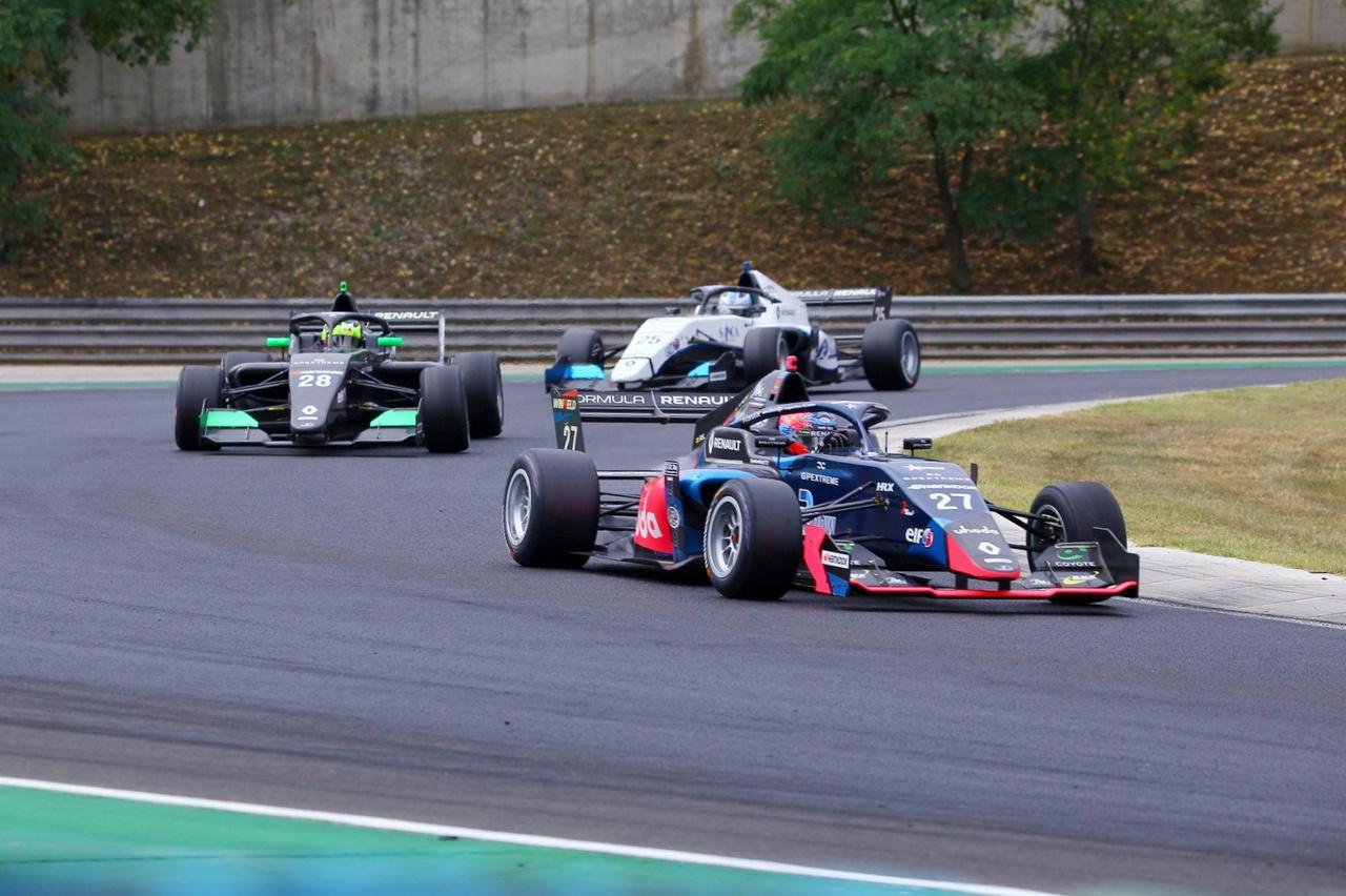 Ha tudni szeretnétek, kik fogják néhány éven belül az F1 mezőny egy részének autóit vezetni, érdemes a Formula Renault Eurocup mezőnyét figyelemmel kísérni. Ez egy igazi sztárnevelde, a franciák tehetségkutató programjából olyan nevek kerültek ki a múltban, mint Vettel, Hamilton vagy éppen Ricciardo