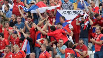 Cseh futballszurkolók drónnal akarták hergelni Koszovót