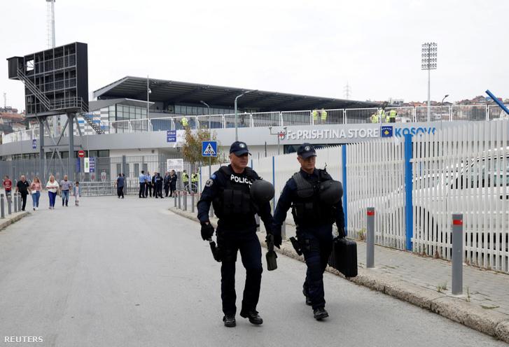 Koszovói rendőrök vigyáznak a biztonságra a pristinai Fadil Vokrri stadionnál, ahol a Csehország elleni mérkőzést játszották szombaton