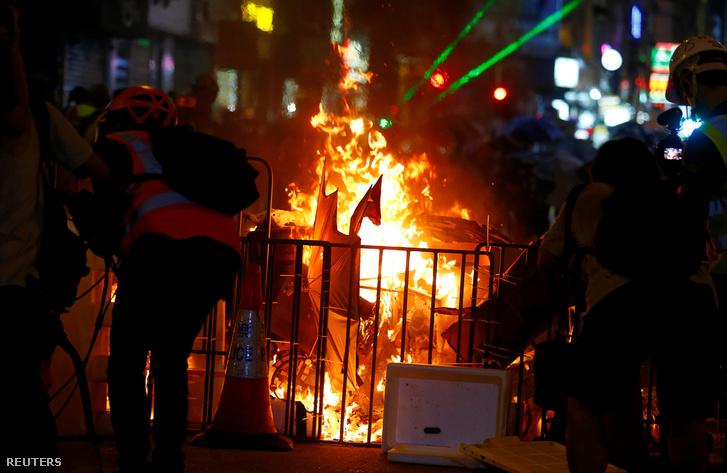 A szombati tüntetésen is tüzeket gyújtottak a tiltakozók