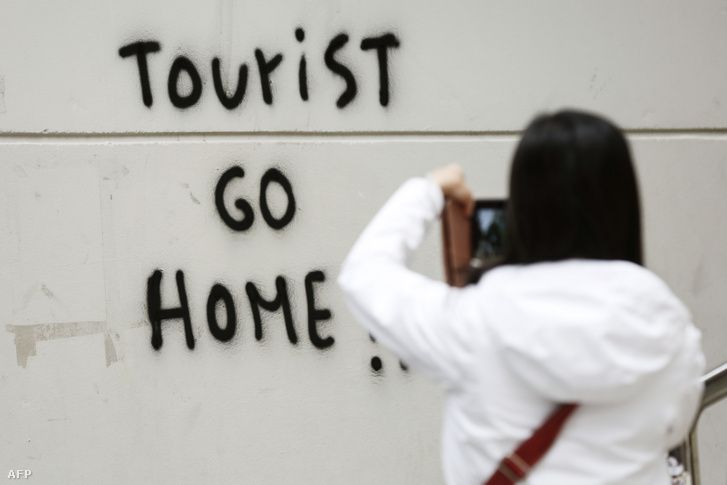 Turista, takarodj haza!!! - falfirka Barcelonában, a Guell park közelében