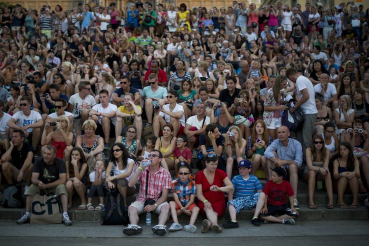 Turisták várakoznak a Montjuic-szökőkút fény- és zenejátékára Barcelonában