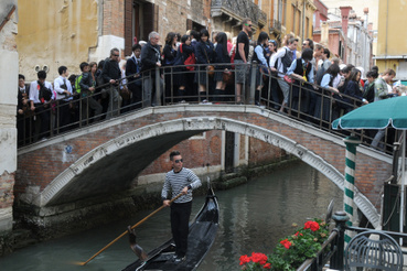 Romantikus kis híd Velencében.