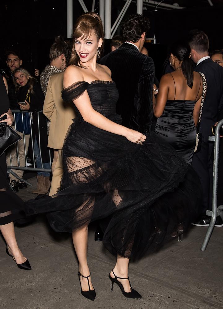 Szerencsére ezt a Harper's Bazaar Icons nevű show-ján meg is találta Palvin Barbara, ahol elég lenge öltözetben mutatkozott.