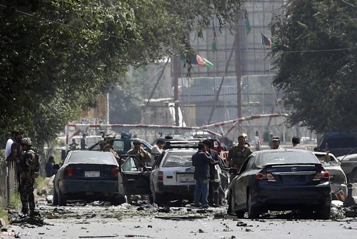 Az afgán biztonsági szolgálat tagjai a Kabul központjában, az afganisztáni NATO-misszió főhadiszállása közelében elkövetett öngyilkos merénylet helyszínén 2019. szeptember 5-én. A támadásban legkevesebb három ember életét vesztette, harmincan megsebesültek. A merénylet az afgán főváros Sas-Darak negyedében történt, amely külföldi nagykövetségeknek és kormányzati épületeknek ad otthont, és amelyet szigorúan őriznek a biztonsági erők.