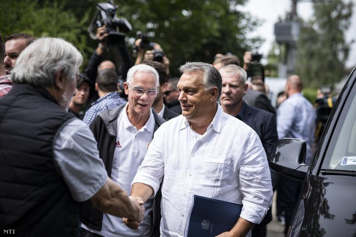 Dobozy Miklós, a pikniknek évente helyet adó kúria tulajdonosa üdvözli a miniszterelnököt