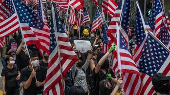 Tízezrek vonultak az amerikai konzulátushoz Hongkongban