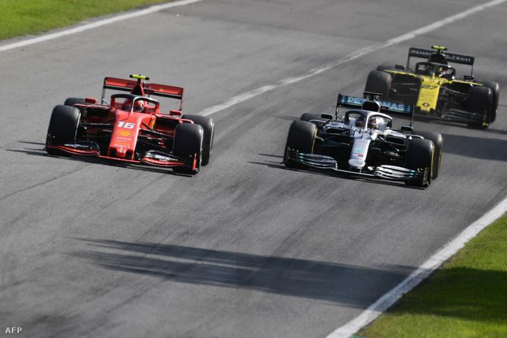 Charles Leclerc és Lewis Hamilton csatáznak