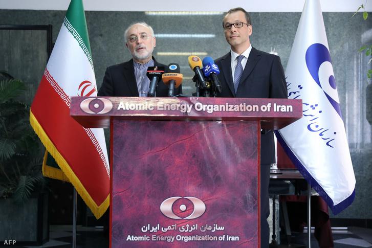Ali Akbar Salehi (b) az Iráni Atomenergia Ügynökség vezetője és Cornel Feruta (j) az IAEA vezetője tartanak sajtótájékoztatót Teheránban