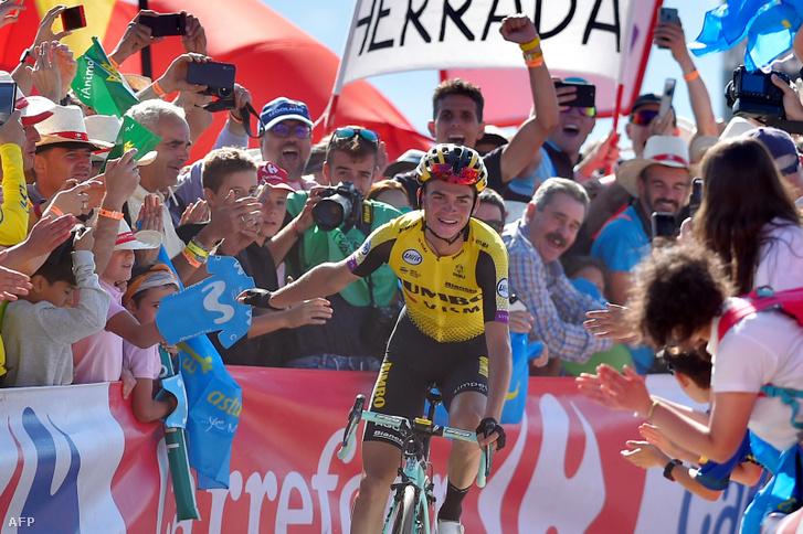 Sepp Kuss a Vuelta a Espana 15. szakaszának célja előtt ünnepel a szurkolókkal.