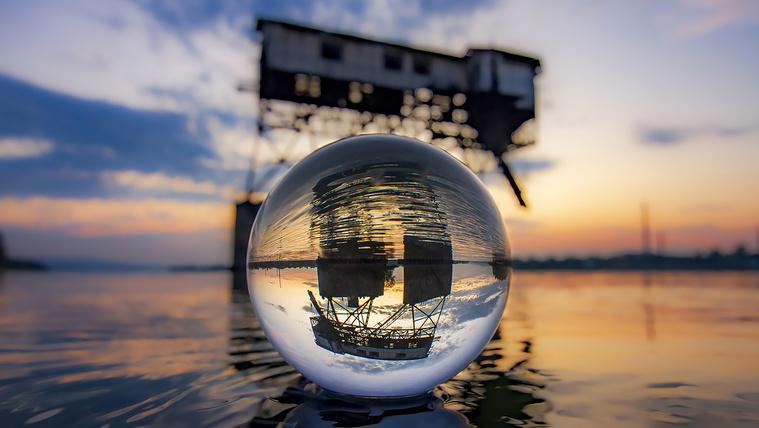 Az esztergomi szénrakodó egy üveggömbön keresztül