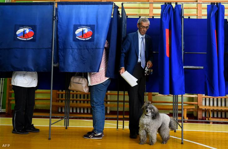 Férfi hagyje el a szavazófülkét Szentpéterváron vasárnap