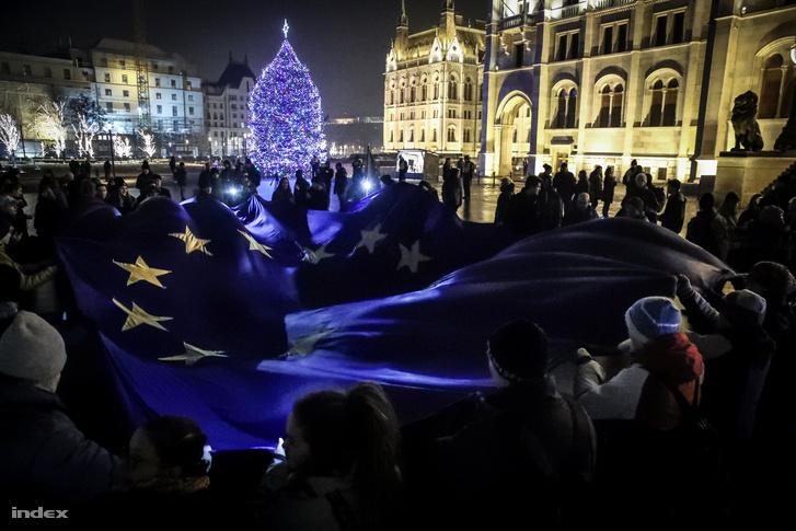 Uniós zászlót tartanak a Kossuth téren a túlóratörvény elleni tüntetésen 2018. december 18-án