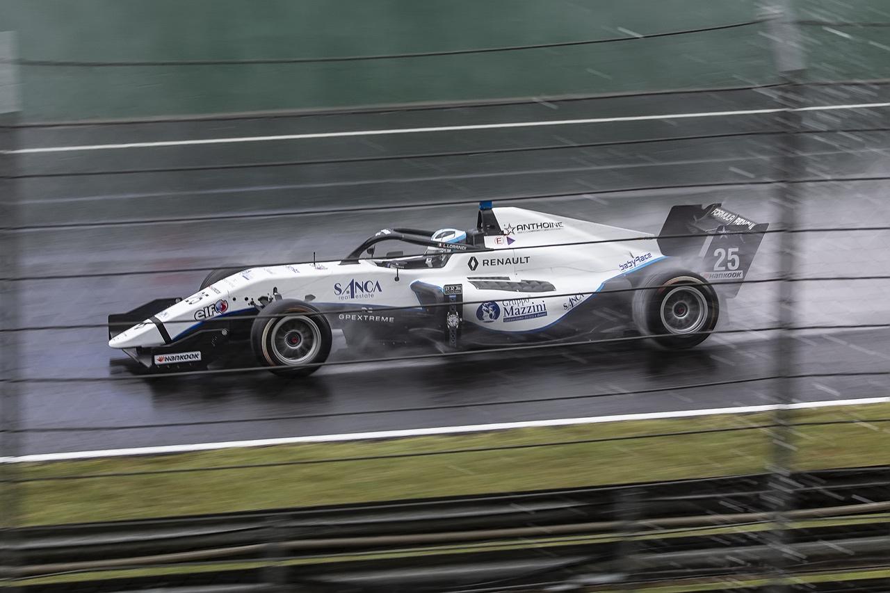 Szombaton akkora eső zúdult a Ringre, hogy a Formula Renault mezőnye gyakorlatilag a Safety Car mögött körözött néhányat, majd leintették a futamot, így az időmérő sorrendje alapján, verseny nélkül osztották a pontokat. Szánalmas volt ilyen dobogót látni, akik álltak rajta, azok sem repestek a boldogságtól. Értem én, hogy víz, meg nedves, meg hujjujj, csúszik, de könyörgöm, hogy fognak megtanulni nedves aszfalton vezetni, ha esélyt sem kapnak rá?
