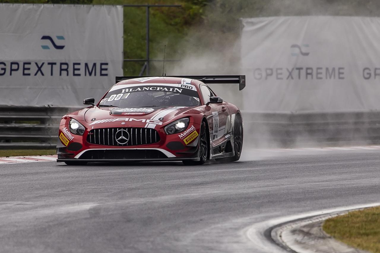 Szerencsére a Blancpain GT első szombati futama előtt elállt az eső, így legalább őket már hagyták versenyezni, a lassan száradó pálya extra izgalmakat hozott az addigra erősen unatkozó nézők számára. A képen látható 88-as rajtszámú Mercedes AMG GT3-ast az Endurance szabályaihoz hasonlóan a sprint versenyeken is felváltva vezető páros, Marcello és Abril mindkét napon csúnyán elverték az egész mezőnyt, nekik tökmindegy volt, hogy esik vagy éppen süt a nap.