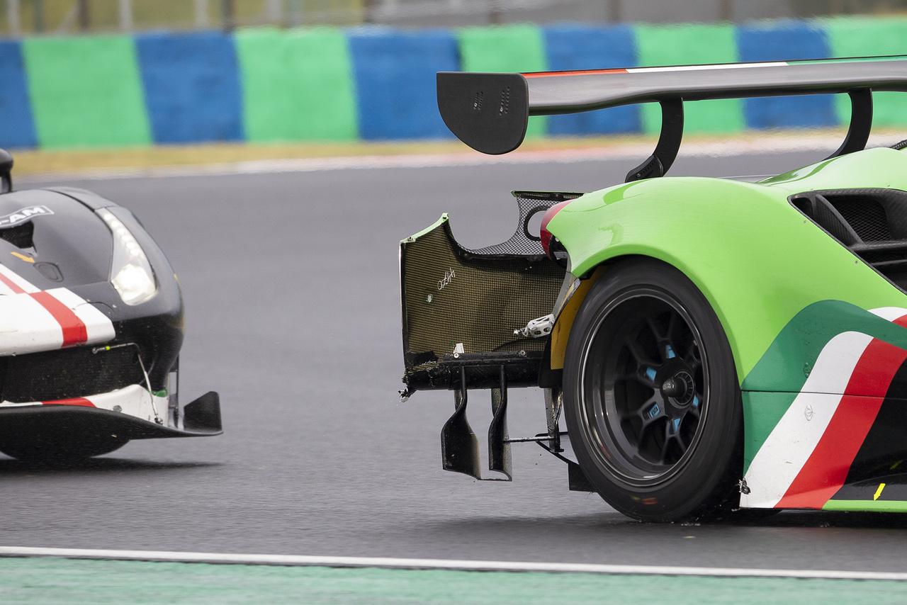 Lóg füle-farka csóri Ferrarinak, a lezúzott lökhárító kvázi fékezőernyőként funkcionálva lassítja is a sérült autót.