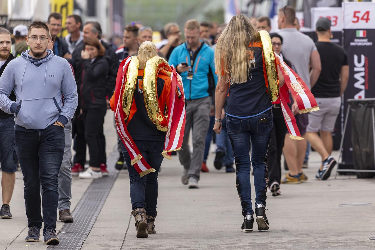 A hazai futamon magyar érdekeltséggel is bíró KTM X-Bow mezőnynek készítik elő a díjazottaknak járó koszorúkat a lányok.