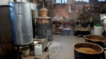 Diszperzites vödörből mérték a banánpálinkát a baranyai sufniban