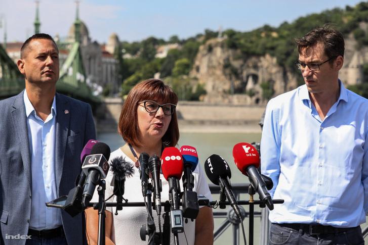 Gy. Németh Erzsébet beszél az ellenzék budapesti polgármesterjelöltek sajtótájékoztatóján 2019. július 5-én