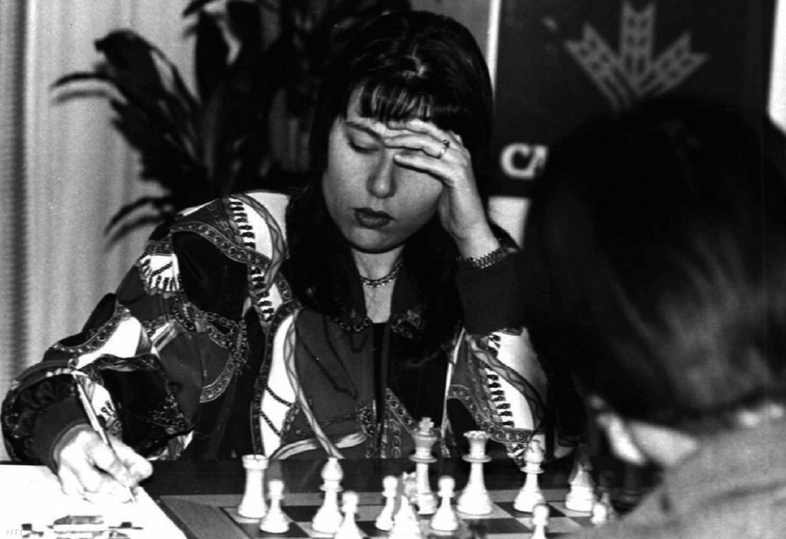 Polgár Zsuzsa feljegyzi következő lépését a címvédő kínai Hszien Csun ellen játszott női sakkvilágbajnoki döntő 13. partijában. A világossal játszó Polgár Zsuzsa a 24. lépésben feladásra kényszerítette ellenfelét, és ezzel 8.5-4.5 arányban megnyerte a mérkőzést és a világbajnokságot 1996. február 20-án