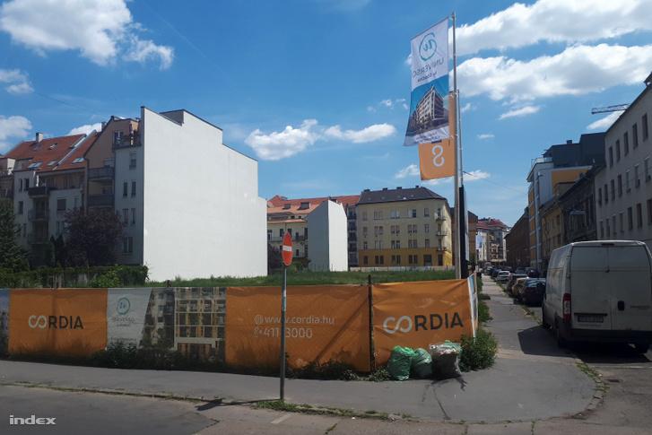 Jelentős blokkról van szó a kerület egyik felkapott, központi részén.