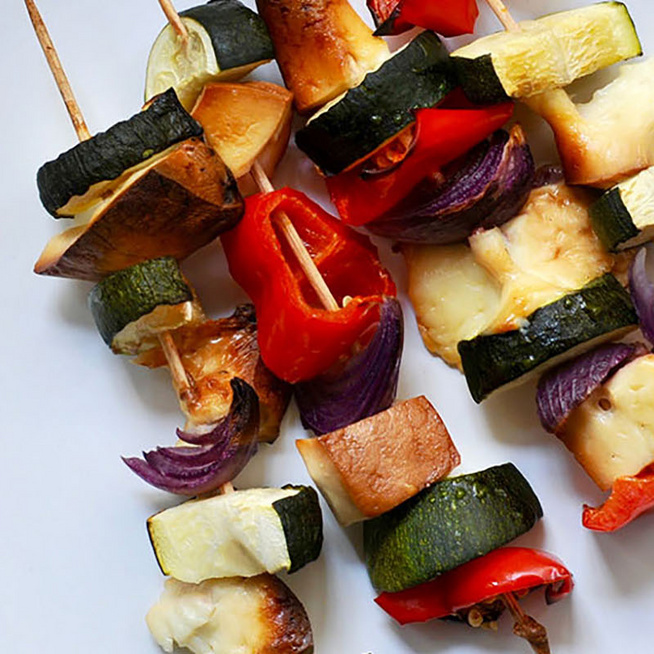 Füstölt sajtos nyárs zöldségekkel és sajttal: nem kell mindig a hús