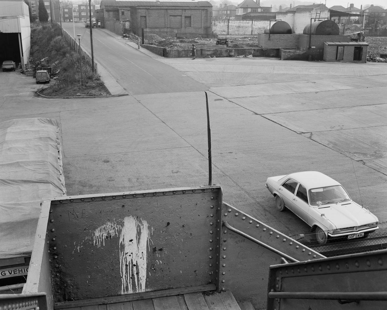 """John Myers az 1980-as évek során hiába küldte el képeit galériáknak, nem mutatkozott rájuk érdeklődés, 1990-től kezdődően nem is fényképezett tovább, kreatív energiát a továbbiakban festésre és egyetemi oktatásra fordította. Először az """"unalmas képek"""" sorozatát fedezték fel, majd tavaly az ipar végnapjait elkapó képeit is kiállították Bolognában."""