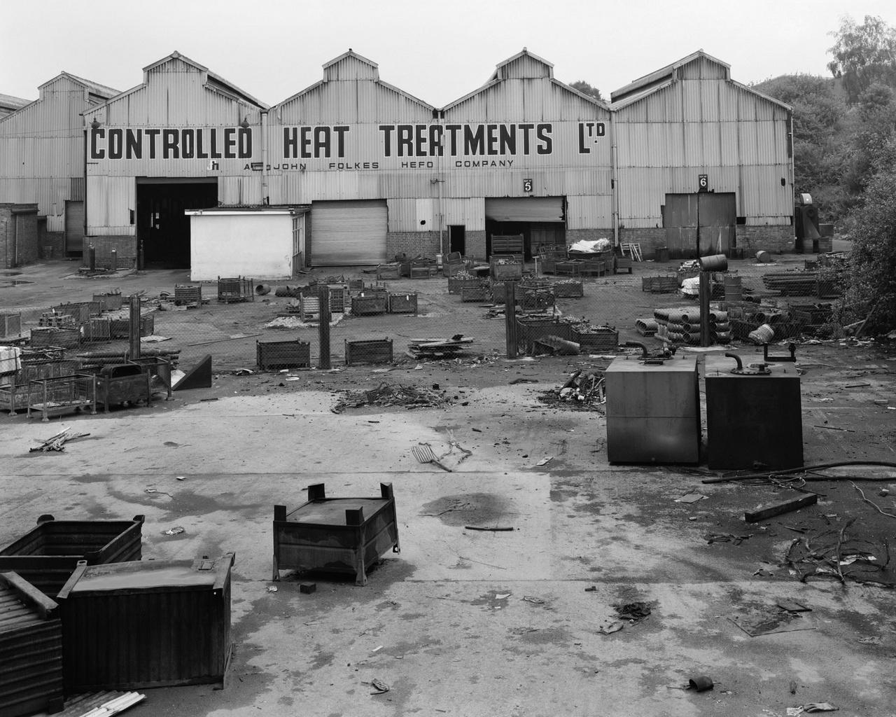 """""""Nem emlékszem, eredetileg miért kezdtem el ezt a fotósorozatot. Az 1980-as évek elejére jellemző szorongás, felfordulás és gazdasági káosz nyilván önmagában is elég indok volt - de csak mostanában jöttem rá, hogy a maguk visszafogott és befejezetlen módján ezek a képek a brit táj és társadalom elmúlt fél évszázadának egyik nagy változását örökítették meg: az ipar végét és a raktározás, a logisztika, a kereskedelem, az aszfalt felemelkedését."""""""