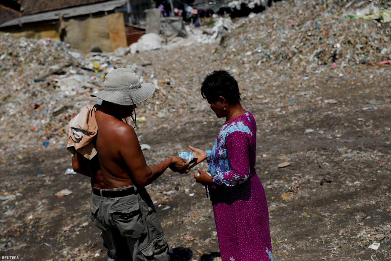 A környezetszennyezés és a mocsok ellenére a helyiek nem örülnek, hogy leállhatnak a hulladék-szállítmányok, és tanácstalanul várják a jövőt. A szemét válogatásából élő Masud szerint a kormány eddig nem biztosított nekik semmi más megélhetést, pedig valamilyen megoldást ki kell találni arra, ha nem lesz már eladható szemét.