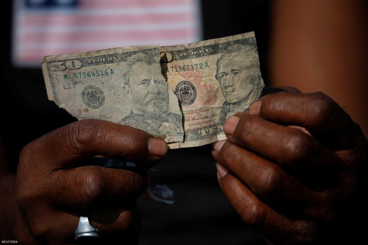 Néha nem csak képletesen lehet pénzt találni a szemétben, bár ezekkel a szakadt dollár bankjegyekkel nem sokra mehetnek a banguniak.