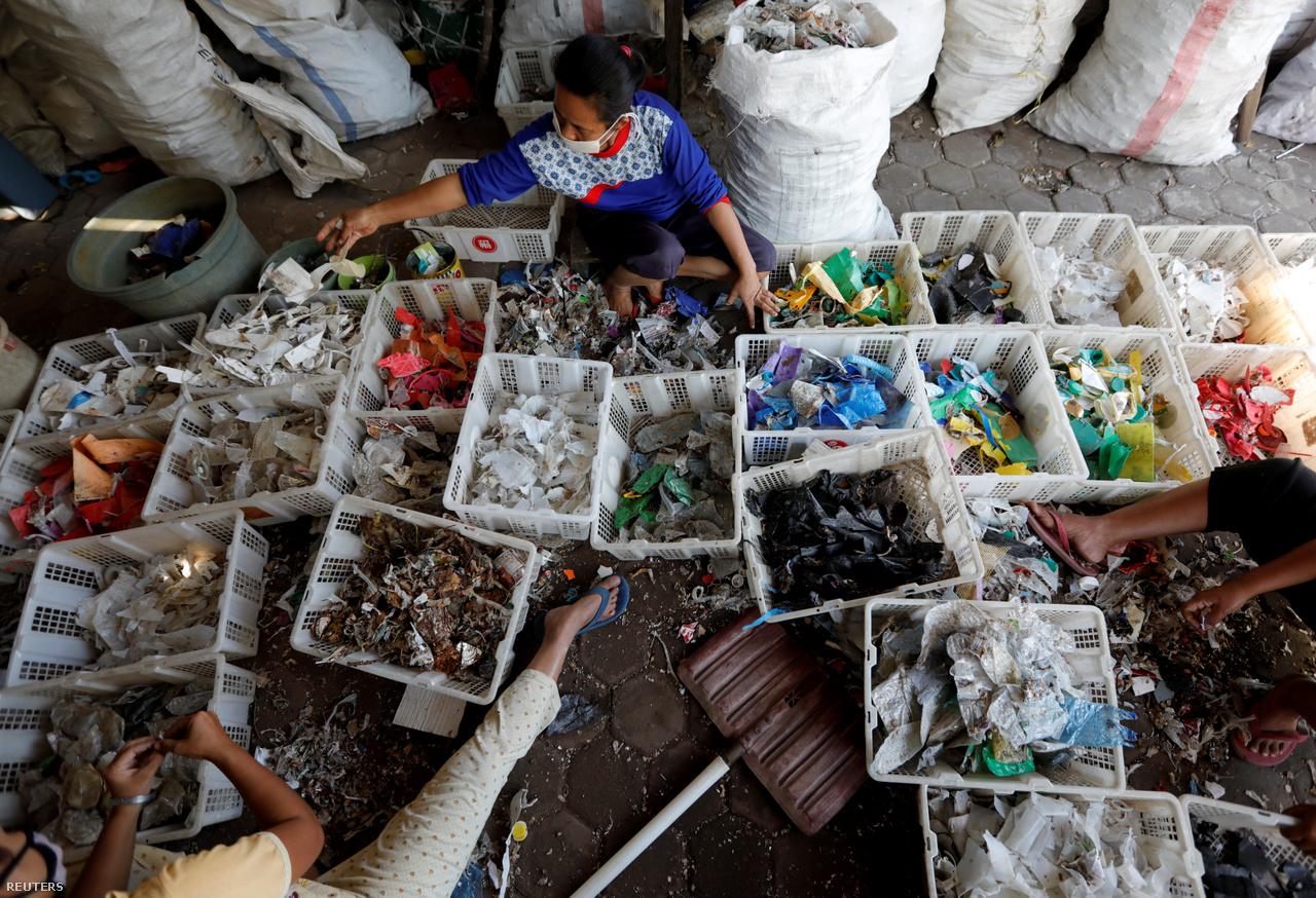 Ha a külföldi szemét nem lenne elég, Indonézián belül is rengeteg hulladék termelődik. a Világbank nyári jelentése szerint naponta 105 ezer tonna háztartási szemét termelődik az országban, aminek csak 15 százalékát lehetne újra hasznosítani.