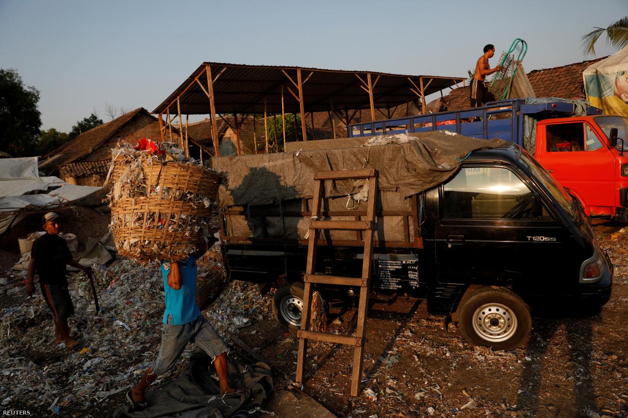 A szemét nemcsak anyagi javakat hozott a falusiaknak, de olyan lehetőségeket is, amelyekről azelőtt csak álmodhattak. Egy helyi, Masud például arról számolt be a fotósnak, hogy a hulladékból megkeresett pénzből évente 17-20 ember el tud menni a Bangunból a muszlimok számára legszentebbnek tekintett mekkai zarándoklatra.