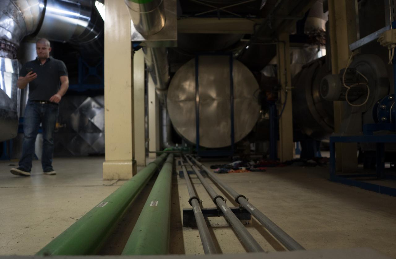 A meleg víz a motor köpenyhűtésével keletkezik, az energia pedig a generátor forgatásából. 520 fokos a kilépő füstgáz, a hőcserélő segítségével vissza tudják hűteni 100 fok környékére, abból még ki tudnak venni 2-3 megaWattnyi hőt, amiből szintén távhő-víz lesz. Nyáron, amikor nincs szükség annyi hőre, ez gyakorlatilag megy a kukába. Szakszerűbben fogalmazva bypass.