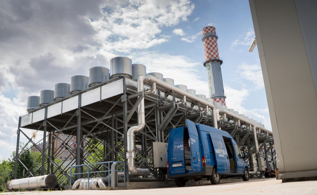 Az újpalotai erőművek 2004-ben hozták létre a FŐTÁV kogenerációs pályázatára, amit azért írtak ki, mert ez az erőmű az energia mellett képes a távfűtés és a melegvíz-szolgáltatás biztosítására is. A meleg víz gyakorlatilag az energiatermeéés mellékterméke. A gázmotoros erőművek között ez a legnagyobb. A gázturbinás erőművek, mint például a gönyüi a maga 440 megaWattjával, azért sokkal nagyobbak. A gázturbina pedig egyszerűbb, olcsóbb, nehezebben szabályozható, de nagyobb teljesítményű gép. Korábban régi orosz gázkazánok adták a városrész energiaellátását. A kémény gyarollatilag a kipufogócső vége. Ha lekrómoznák, megszülethetne a világ legnagyobb Koppány vége.