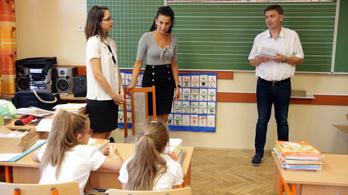 A szekszárdi polgármester iskolai ajándékosztogatása nem számít kampánynak