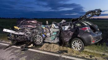 Kamion és autó karambolozott Mezőörsnél, négy ember meghalt