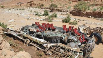 Hídon borult fel egy busz Marokkóban, a buszvezető elmenekült a helyszínről