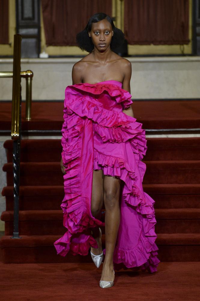 Úgy tűnik, ezen a divatbemutatón a közönségnél csak a modellek lehettek rémültebbek