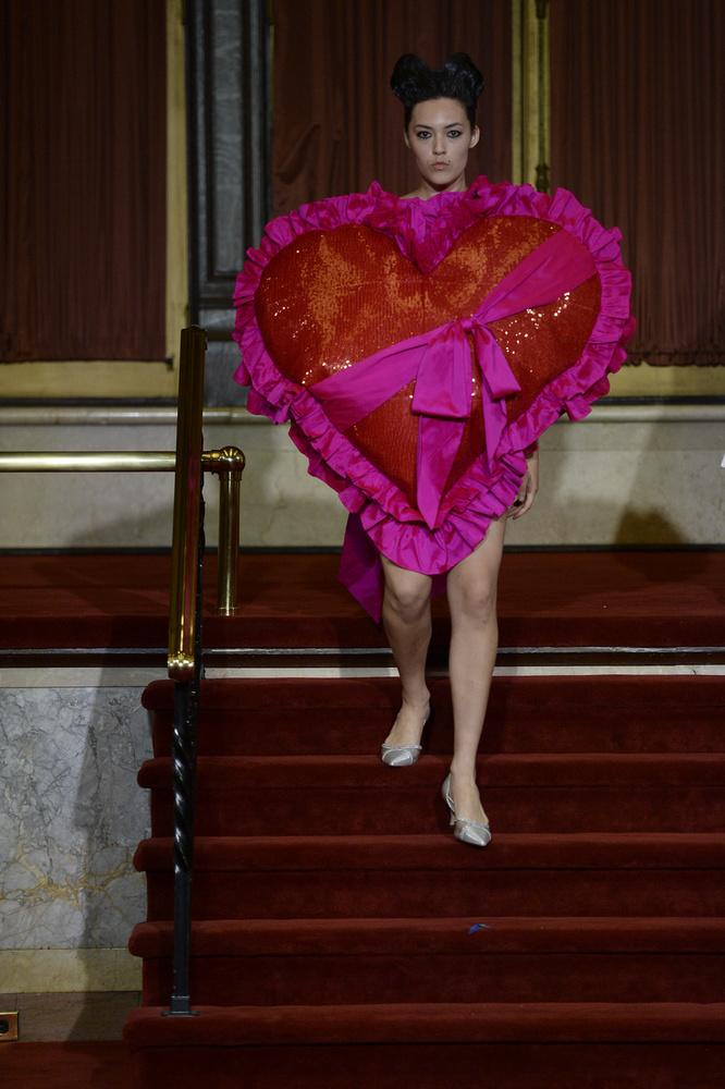 A New York-i divathét Vaquera ruháit bemutató show-ját egy óriási plüss szív mögé bújt modell nyitotta meg