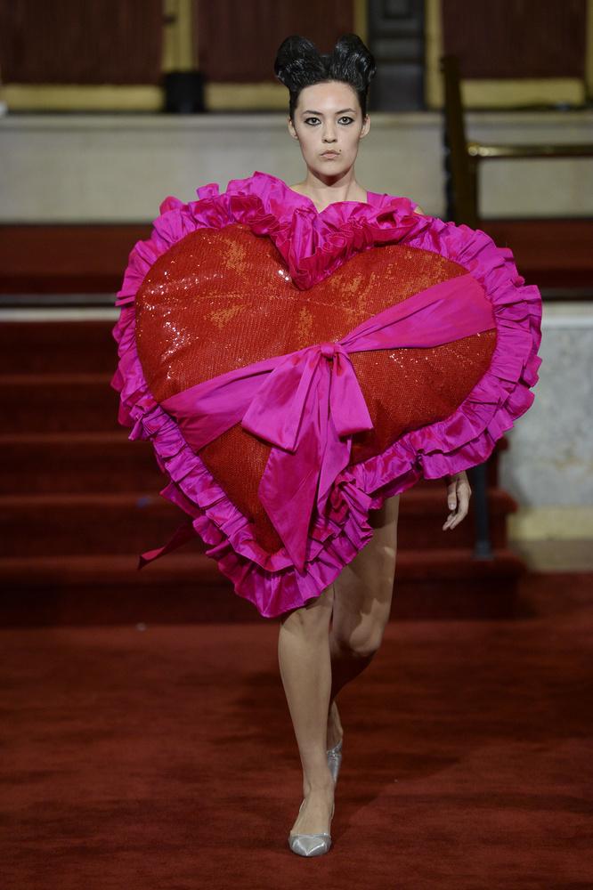 Úgy néz ki a modell, mint egy fejet és lábakat növesztett Valentin-napi bonbon