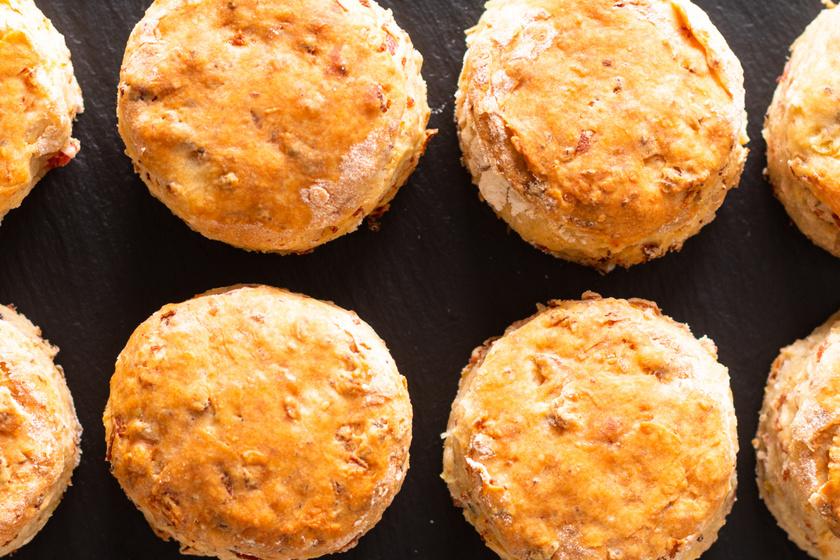 Puha baconös, sajtos pogácsa: sokáig elállnak az omlós falatkák