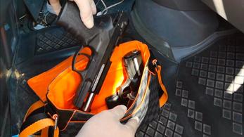 A csempészek bepakolták, a NAV-osok kipakolták a pisztolyokat a kisbuszból