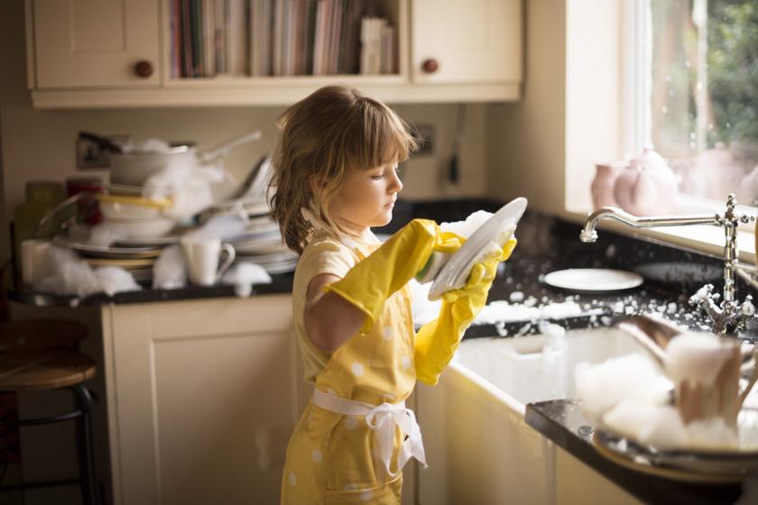 gyerek mosogat