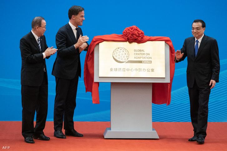 Mark Rutte holland és Li Ko-csiang kínai miniszterelnök és Ban Ki Mun korábbi ENSZ-főtitkár a Globális Alkalmazkodási Bizottság ünnepségén.